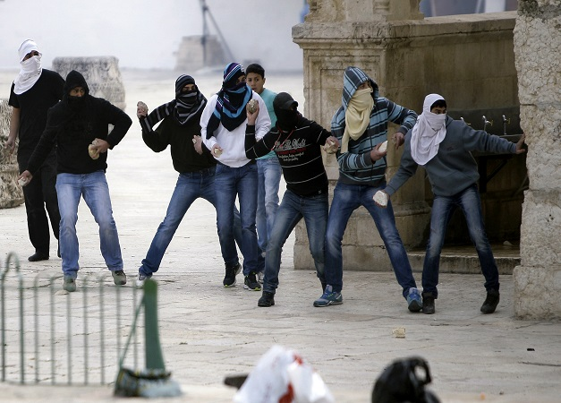 muslims-throwing-stones-at-temple-mount-1